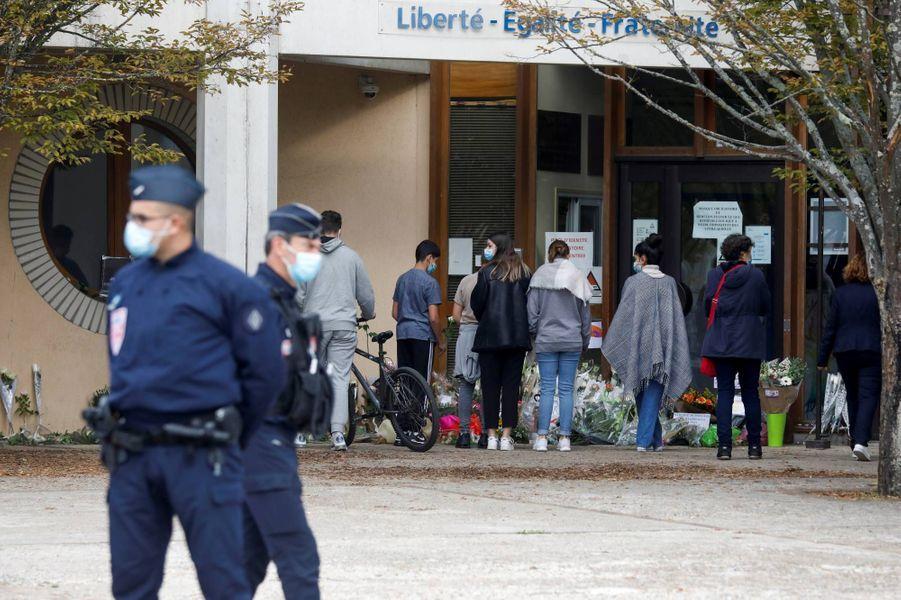 Hommages à Samuel Paty, enseignant au collège du Bois d'Aulne, à Conflans-Sainte-Honorine, le 17 octobre 2020.