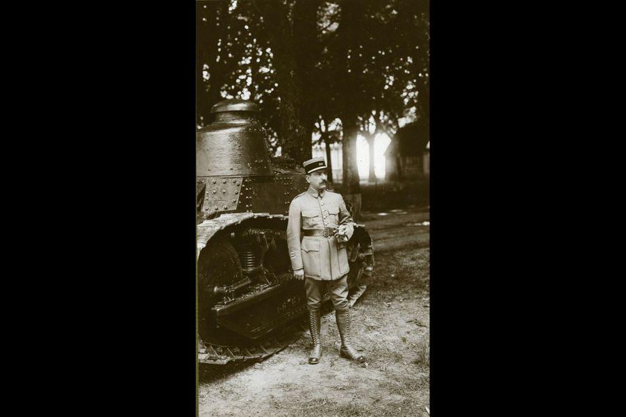 Georges Fornier de Violet, devant un char Renault, 508e RI. Arrière-grand-père de Ghislain de Violet.