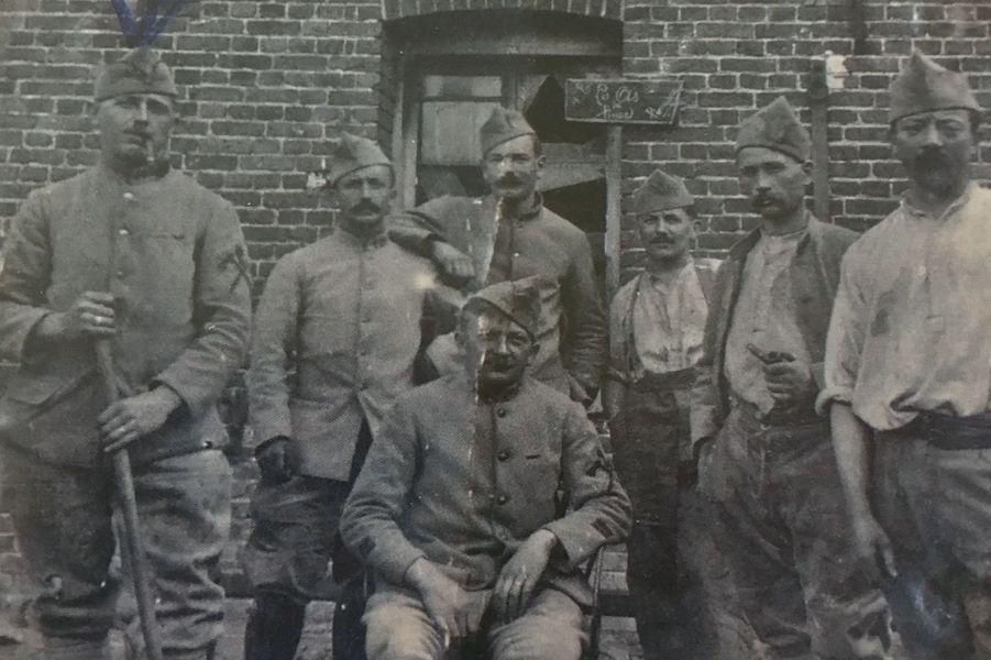 André-Théophile Bogaert, premier à gauche, gazé en 1918. Arrière-grand-père de Gaëlle Legenne.
