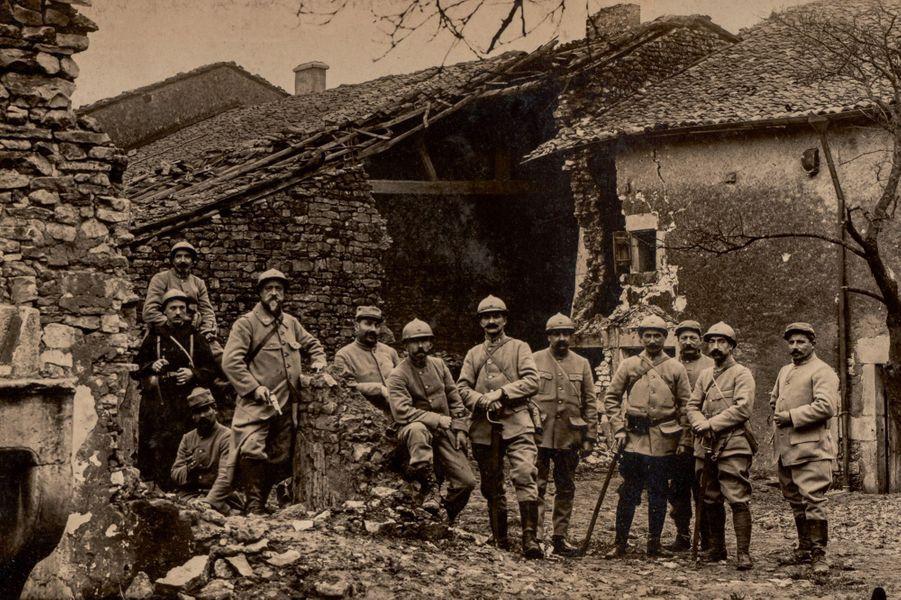 Louis Émile Ernest Campion, lieutenant au 268e RI, au milieu de son escouade, le 28 janvier 1916. Pianiste, dessinateur et photographe, c'est l'arrière-grand-père de notre correctrice Pascale Sarfati. Bombardement de Broussey-en-Woëvre