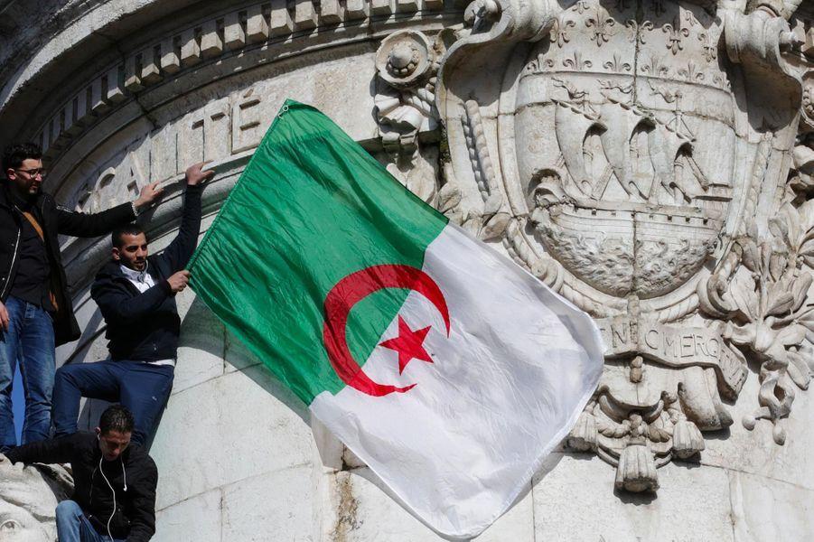 A Paris, manifestation contre le cinquième mandat d'Abdelaziz Bouteflika, le 10 mars 2019.
