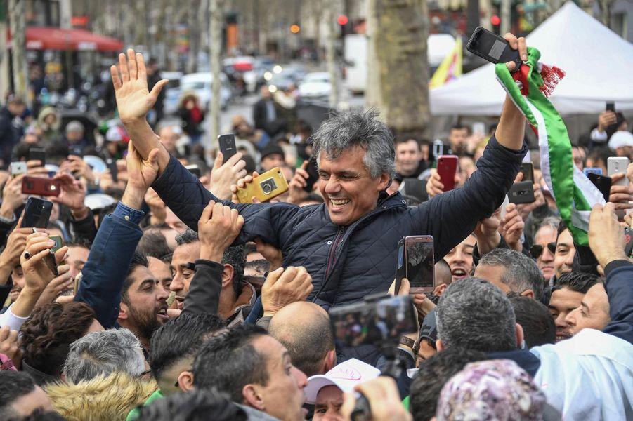 Rachid Nekkaz à Paris, lors de la manifestation contre le cinquième mandat d'Abdelaziz Bouteflika, le 10 mars 2019.