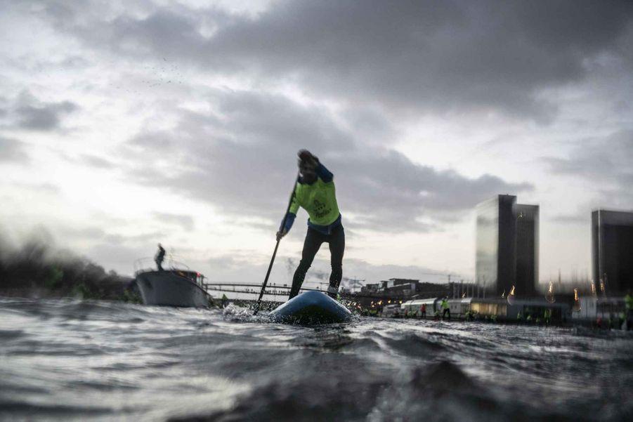 Environ 800 personnes ont parcouru la Seine en paddle, le 9 décembre 2018
