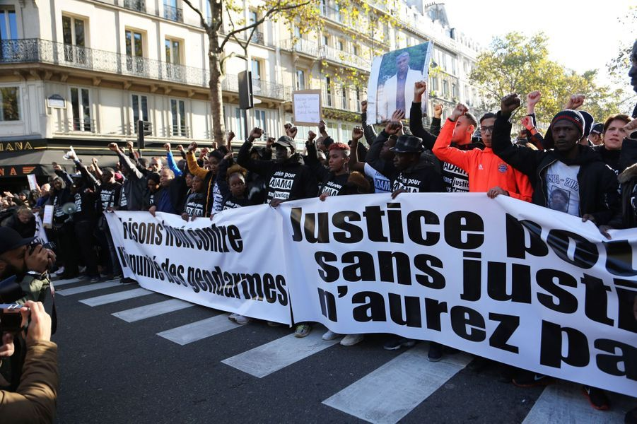 """Plusieurs centaines de manifestants ont défilé samedi 5 novembre 2016 dans le centre de Paris pour réclamer """"justice pourAdama"""" Traoré."""