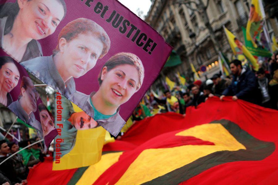 """Plusieurs milliers de manifestants ont défilé samedi àParisafin de réclamer """"justice"""" pour lestrois militantes kurdes assassinées en 2013."""
