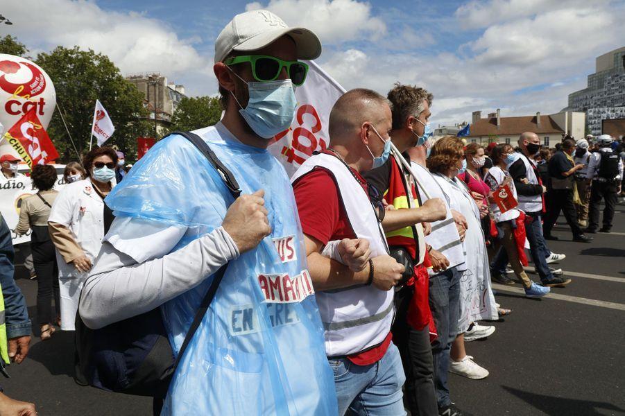 A Paris, la manifestation a rassemblée plusieurs milliers de personnes, depuis la place de la République jusqu'à celle de la Bastille. Le défilé aété marquée par des heurts sporadiques entre les forces de l'ordre et des manifestants en fin de cortège.