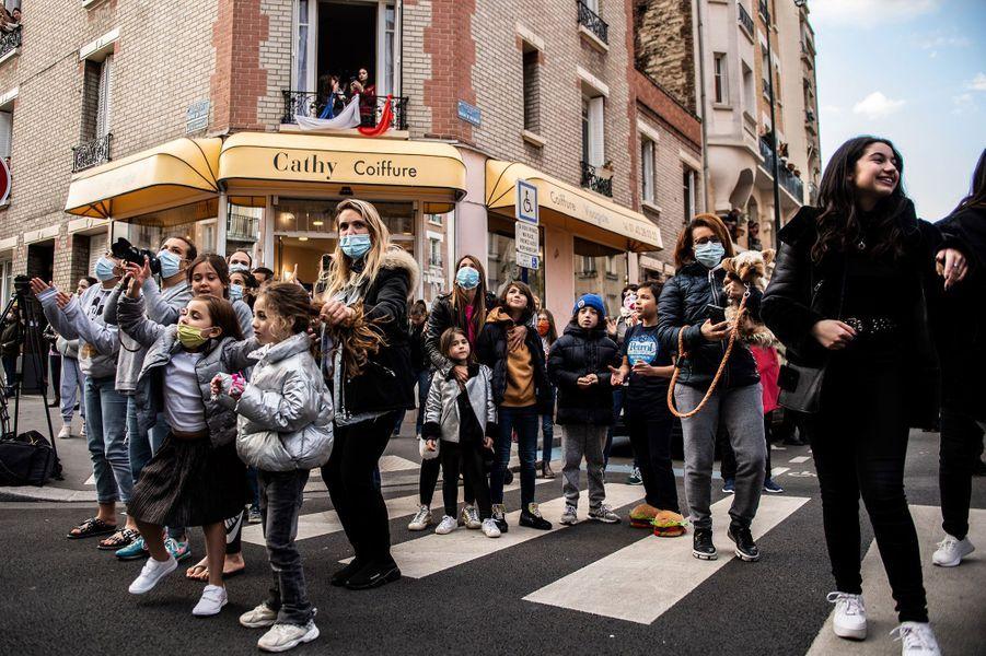 ASaint-Mandé, en banlieue parisienne, des riverains se sont rassemblés dans la rue pour applaudir le personnel soignant à 20 heures.