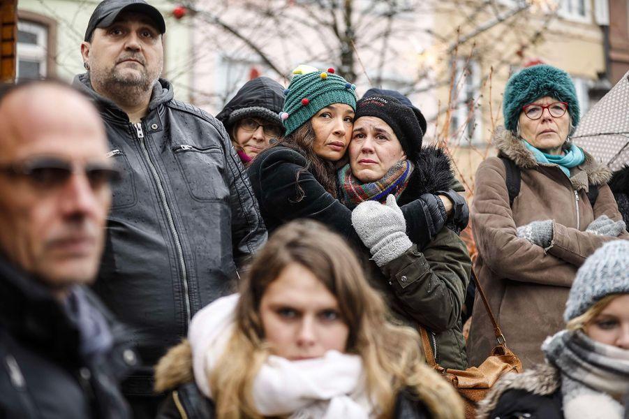 Plus d'un millier de personnes se sont rassemblées dimanche matin dans le centre deStrasbourgpour rendre hommage aux victimes de l'attentat de mardi soir.
