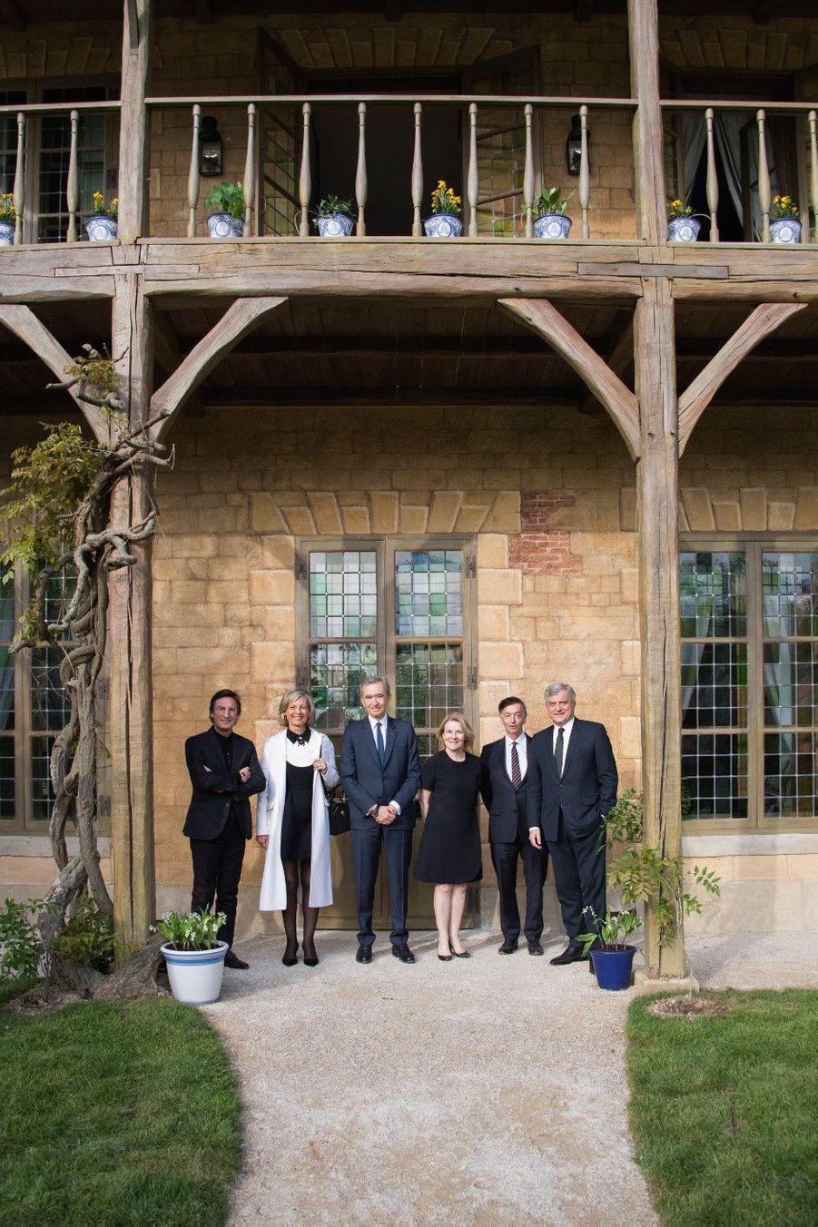 De g. à dr. : M. Pietro Beccari, P-DG de Christian Dior couture, Mme Hélène Mercier-Arnault, M. Bernard Arnault, P-DG de LVMH, Mme Catherine Pégard, présidente du château de Versailles, M. Jean-Paul Claverie, conseiller du président de LVMH, M. Sidney Toledano, P-DG du Fashion Group LVMH.
