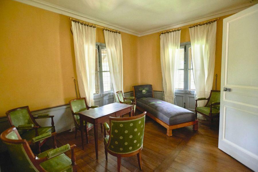 Chambre à coucher, l'ancienne salle de tric-trac. Table en platane, six fauteuils et une chaise longue en noyer. On y entre par la petite tour.