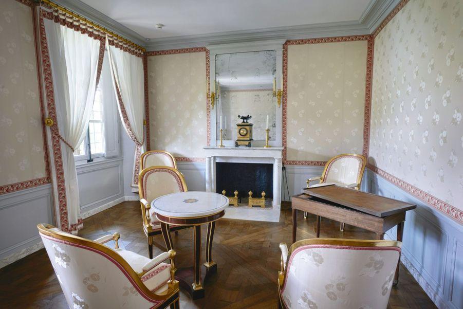Salon blanc au premier étage, table de tric-trac en citronnier signée Jacob-Desmalter. Bergères et fauteuils en amarante réchampis d'or.