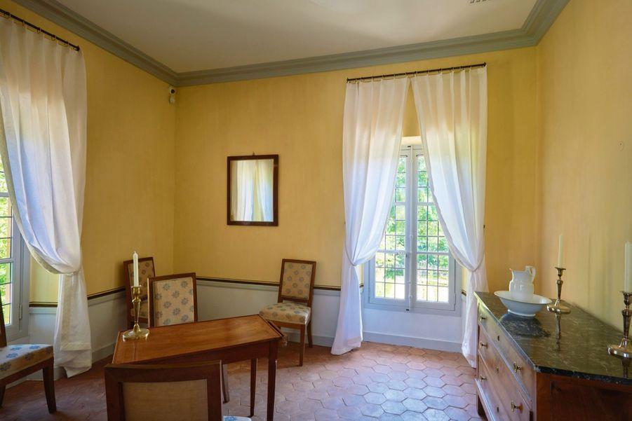 L'escalier de la tour mène à la chambre à coucher au premier étage. Charpente restaurée par les Ateliers Perrault Frères. La chambre de suite au premier étage est l'antichambre des nobles de la reine. Chaises et commode en noyer installées en 1810.
