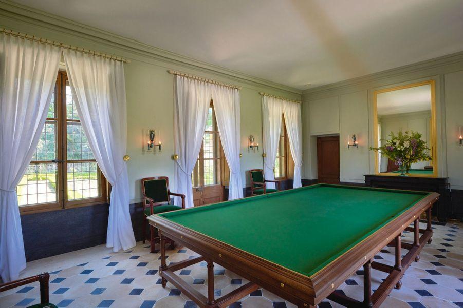 Table de billard anglais en chêne installée dans la maison dédiée au jeu. Réservé aux hommes. Modèle de 1776 restitué en 2005.