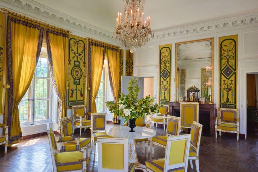 Le salon au premier étage, où l'on servait des collations pour quelques privilégiés. Canapé, fauteuils et chaises offerts en 1965 par la duchesse de Massa.