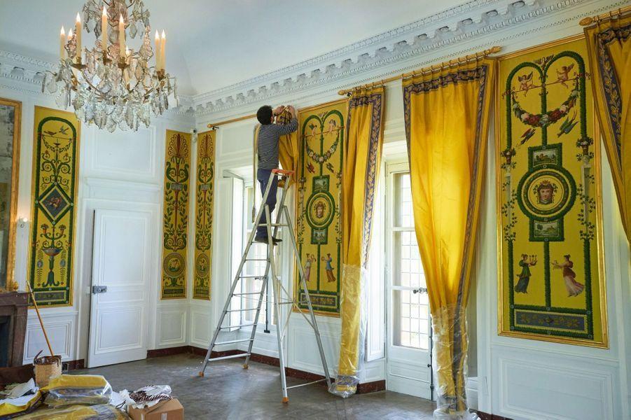 Dans le salon à l'étage, Michel Chauveau et ses assistants ont posé six paires de rideaux de taffetas de soi.