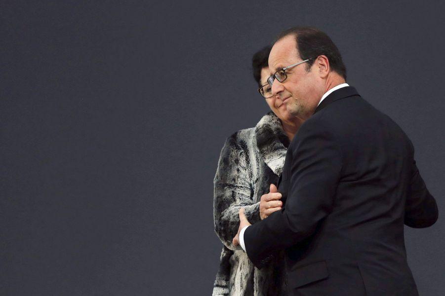 François Hollande avec Patricia Raichini, maire de Petit-Palais, qui a perdu trois belles-soeurs