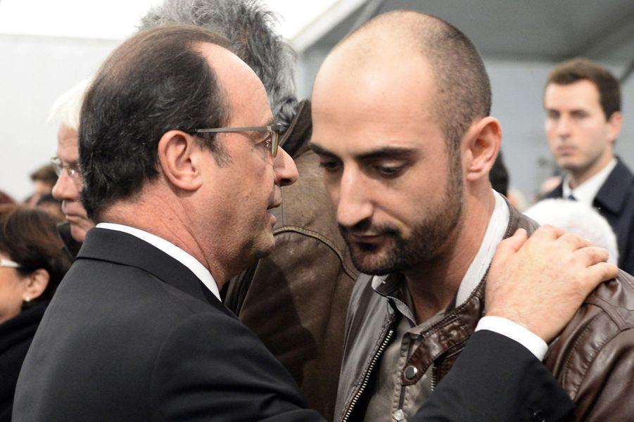 François Hollande réconforte un membre d'une famille de victime