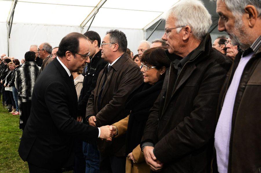 Le Président rencontre les familles et les proches