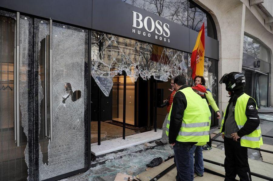 """Des magasins ont été pillés samedi sur les Champs-Elysées lorsde l'acte 18 de la mobilisation des """"gilets jaunes""""."""