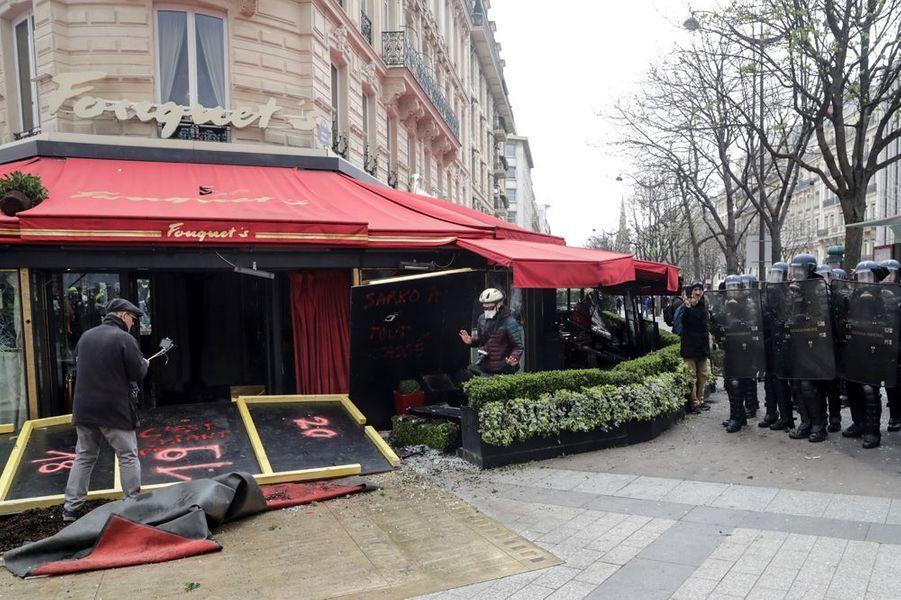 """La célèbre brasserie Le Fouquet's ainsi que des magasins ont été pillés samedi sur les Champs-Elysées lorsde l'acte 18 de la mobilisation des """"gilets jaunes""""."""