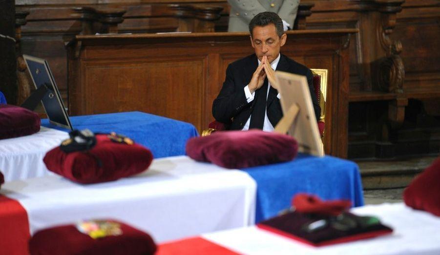 A l'issue de l'office religieux, Nicolas Sarkozy est resté de longues minutes auprès des dépouilles avant l'hommage militaire.