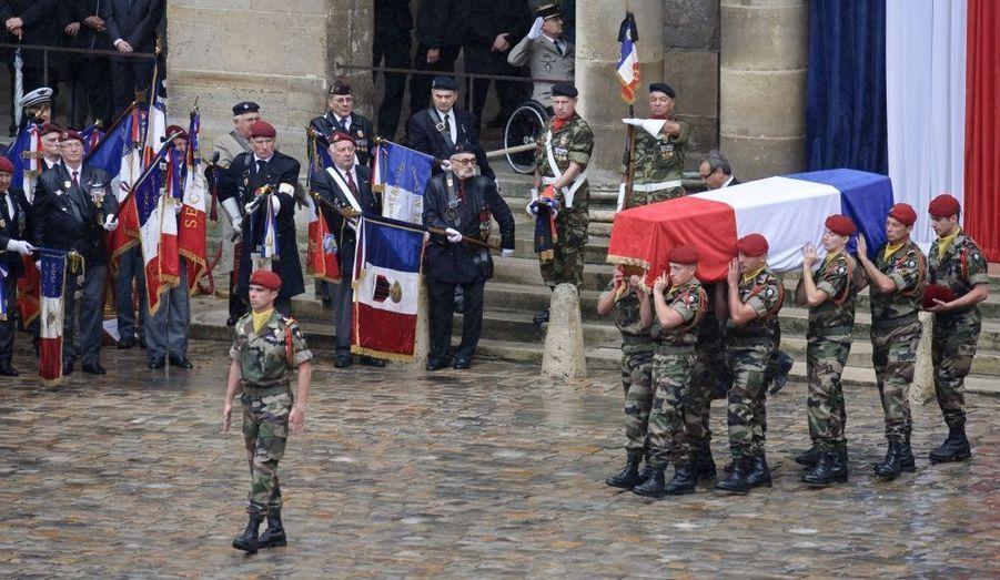 Familles et officiels ont quitté l'église Saint-Louis pour rejoindre la cour des Invalides peu après 11h30. L'hymne national a été joué avant que les cercueils ne soient exposés dans la cour au son de la marche funèbre.