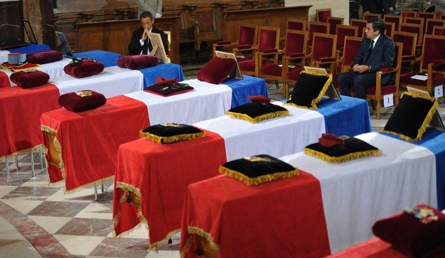 """""""Vivants ou morts, nous les militaires, nous appartenons plus à notre patrie qu'à nos proches"""", a déclaré l'évêque des armées, Monseigneur Luc Ravel. Le chef de l'Etat et le Premier ministre se sont recueillis devant les cercueils."""