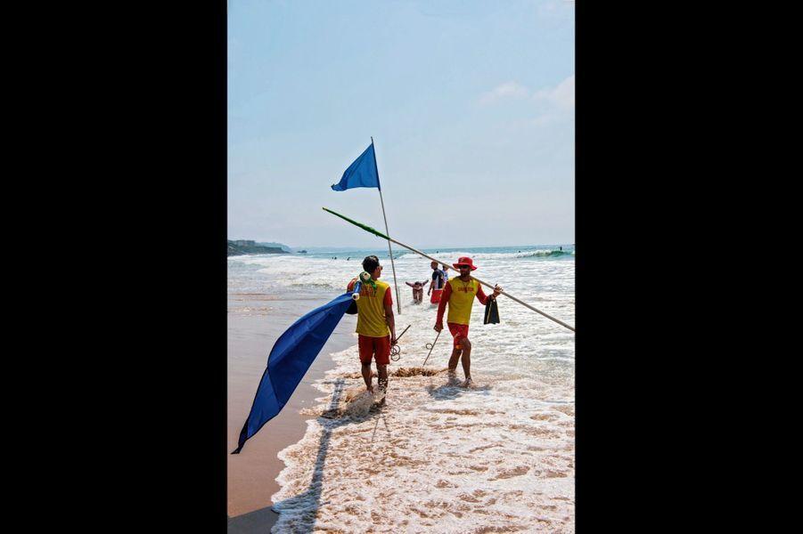 Sur la côte des Basques à Biarritz. Ils déplacent les drapeaux en fonction de la marée.
