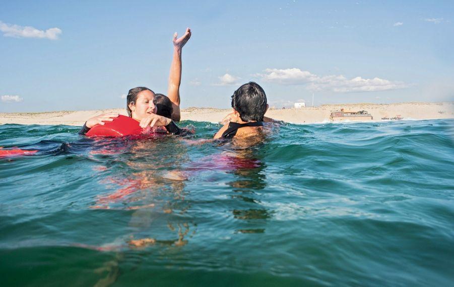 A Biscarrosse, Morgane joue la victime. Le bras en l'air du secouriste indique à ceux restés sur la plage que la jeune femme peut être tractée.