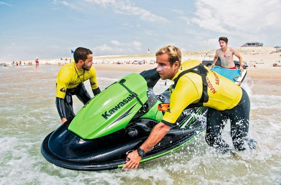 Derrière le Jet-Ski, une planche pour le transport des personnes.