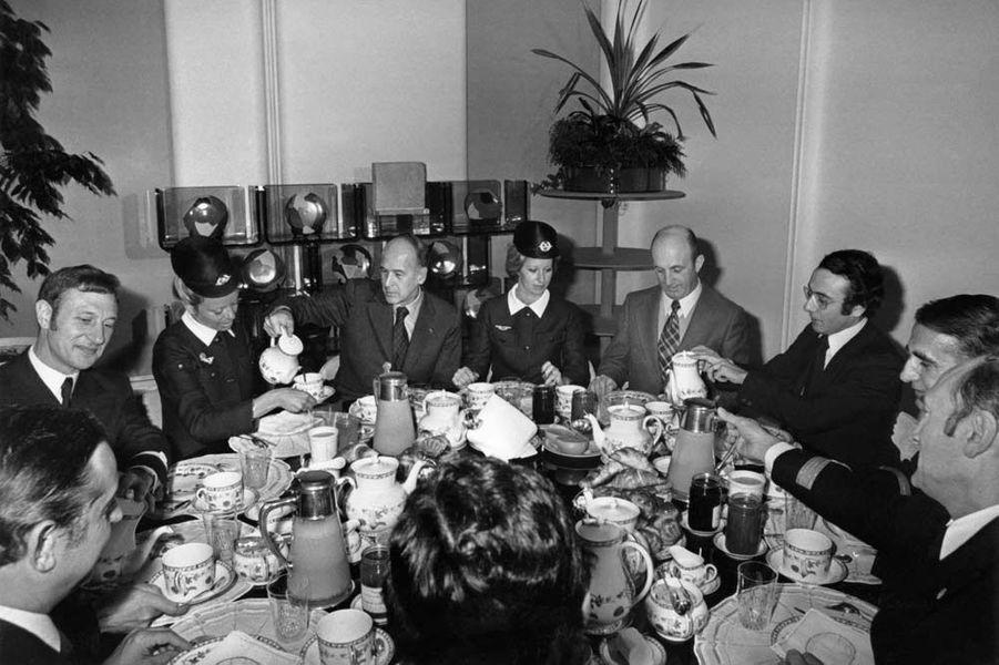 Valéry Giscard d'Estaing reçoit des membres de l'équipage du Concorde, le 22 janvier 1976, au Palais de l'Elysée, à Paris.