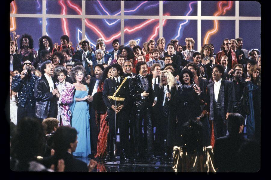 Le 27janvier1986, Liz Taylor anime les American Music Awards, avec (de g. à dr.) Stevie Wonder, Lionel Richie, Sheila E., Michael Jackson, Harry Belafonte, Smokey Robinson, Kim Carnes, Janet Jackson, La Toya Jackson, Marlon Jackson.