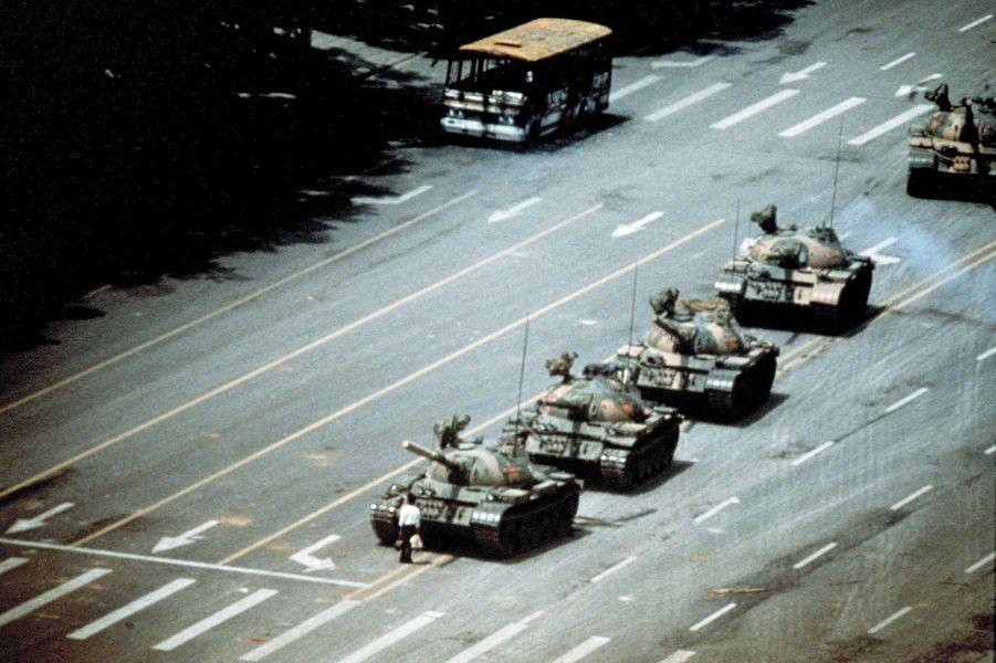 Face à la colonne de chars qui investit la place Tiananmen, le 5juin 1989, cet étudiant devient le symbole de la résistance.