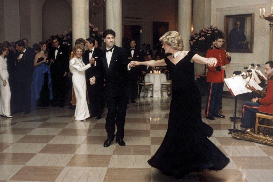 Novembre 1985, première visite officielle aux Etats-Unis de Charles et Diana, reçus par Nancy et Ronald Reagan. John Travolta entraîne la princesse dans un rock endiablé. A gauche, Charles se fait discret…