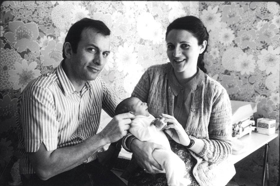 Amandine et ses parents. Le premier « bébé éprouvette » français est né le 24 février 1982. Depuis, plus de 250 000 enfants ont vu le jour en France grâce à une FIV.