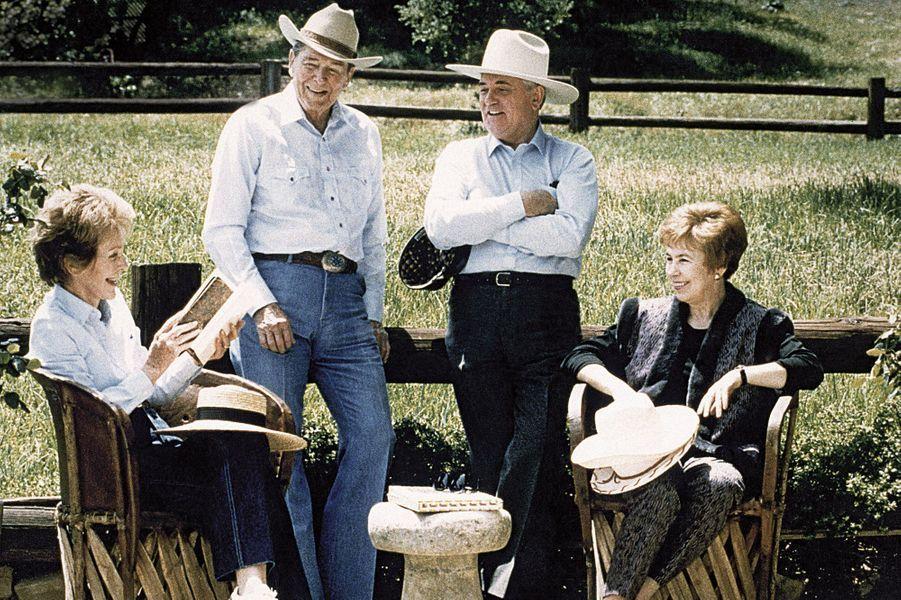 En mai 1992, cinq mois après la fin de l'URSS, Ronald et Nancy Reagan (àg.) reçoivent, Mikhaïl et Raïssa Gorbatchev dans leur ranch.