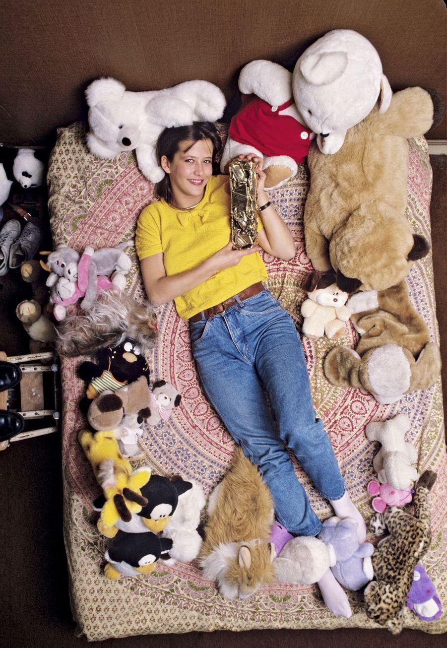 Sophie Marceau à 16 ans, chez ses parents, à Paris, avec son César pour « La boum 2 », en 1983.