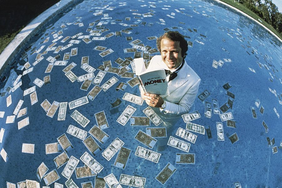 Août 1987, Paul-Loup Sulitzer nage dans le bonheur, dans la piscine du domaine familial de la Capilla, près de Saint-Tropez.