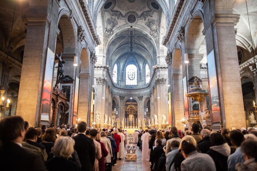Dans cet édifice du VIe arrondissement, le plus grand après Notre-Dame de Paris, prêtres, diacres, religieuses, fidèles et personnalités sont venus en masse participer à la messe chrismale, l'une des célébrations de la semaine sainte précédant Pâques, qui aurait dû être dite par Mgr Aupetit à Notre-Dame.