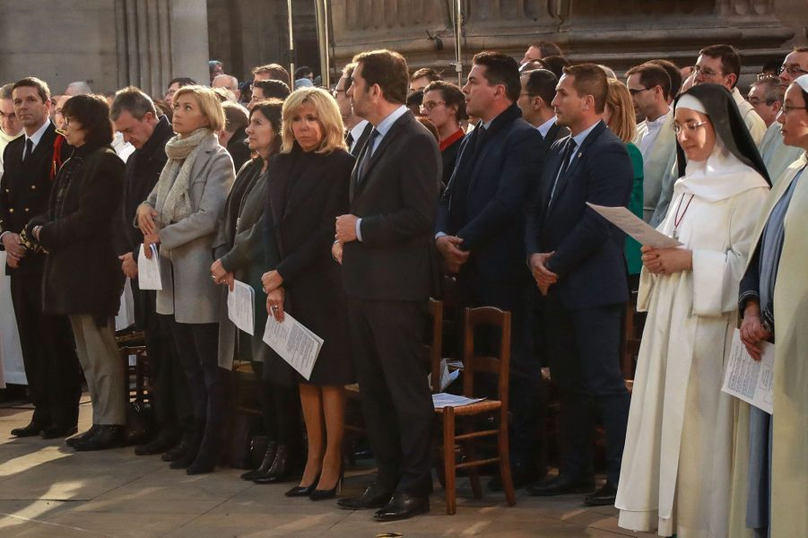 Aux premiers rangs d'une messe chargée d'émotion à l'église Saint-Sulpice de Paris, on retrouvait l'épouse du président Brigitte Macron, le ministre de l'Intérieur Christophe Castaner, la maire de Paris Anne Hidalgo ou encore la présidente de région Valérie Pécresse.
