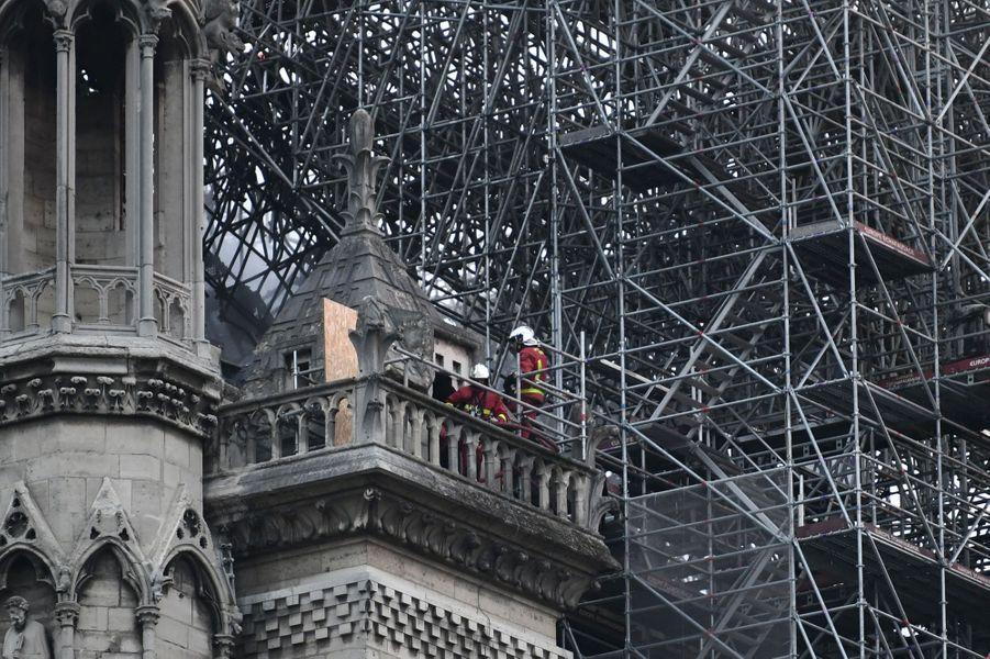 Les pompiers toujours au travail mardi matin à Notre-Dame.