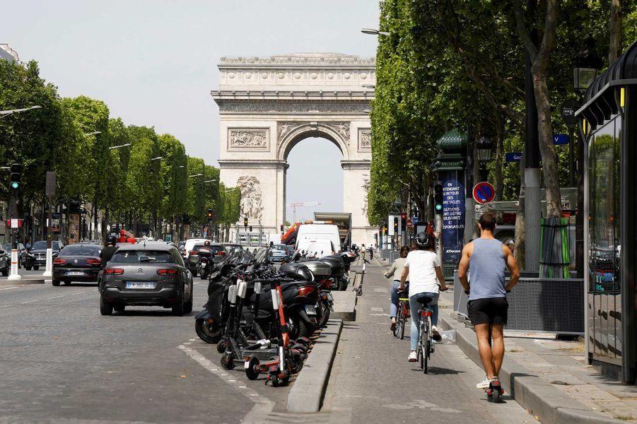 Les Champs-Élysées après le déconfinement