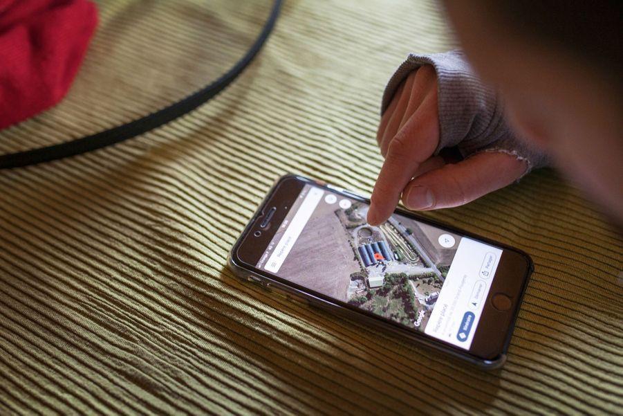 Un activiste de DxE France étudie sur Google Earth comment s'infiltrer dans une ferme-usine en Bretagne.