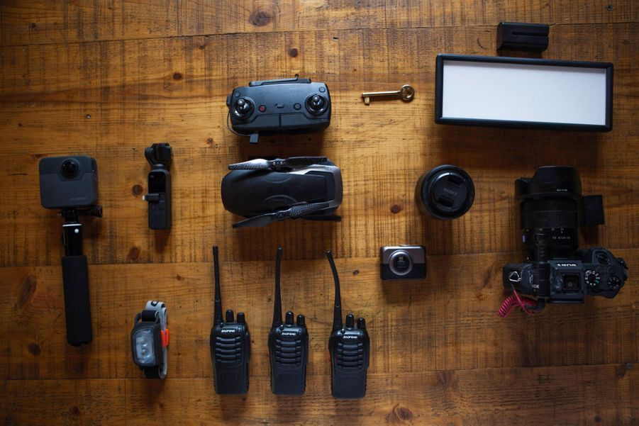 Préparation du matériel : appareil photo, flash, caméra GoPro, talkies-walkies et éclairage car l'opération commando se fait de nuit.