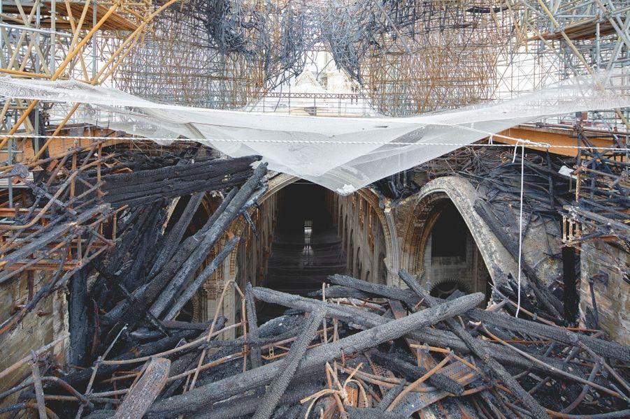 Les voûtes de la nef sont toujours encombrées par des débris de charpente et des tubes d'acier.