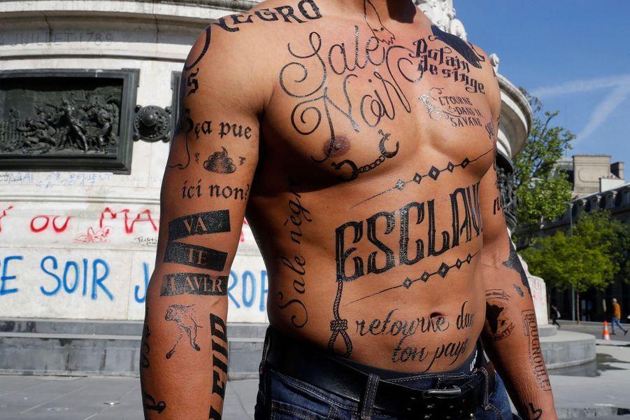 Un mannequin noir, le corps recouvert d'insultes racistes, a déambulé lundi matin place de la République à Paris.