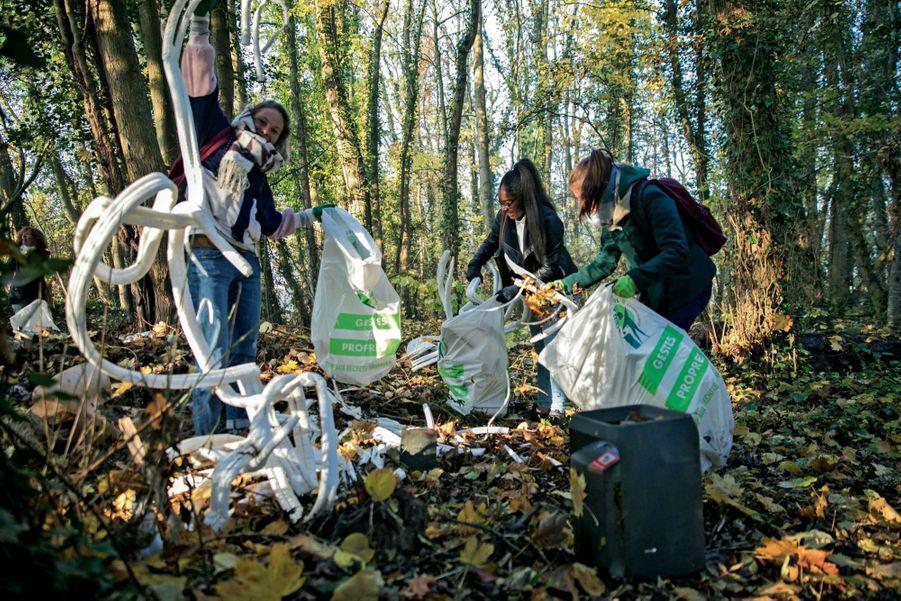 Les volontaires de l'Organe de sauvetage écologique lors du ramassage des déchets le long du canal de Meaux, à Esbly, en Seine-et-Marne