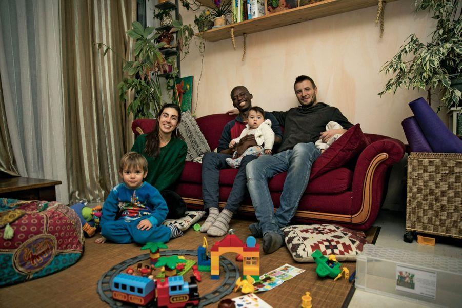 Sara, 28 ans, Antoine, 29 ans, leurs deux garçons et Bangaly, 16 ans. A Nantes, le Collectif des hébergeurs solidaires a été créé pour sortir de la rue quelque 300 mineurs étrangers.