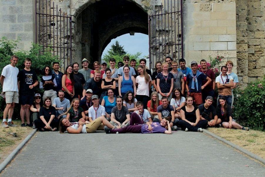 Au château de Berzy-le-Sec, une partie des 500 bénévoles qui aident l'Association de sauvegarde du patrimoine de l'Aisne méridionale chaque année.