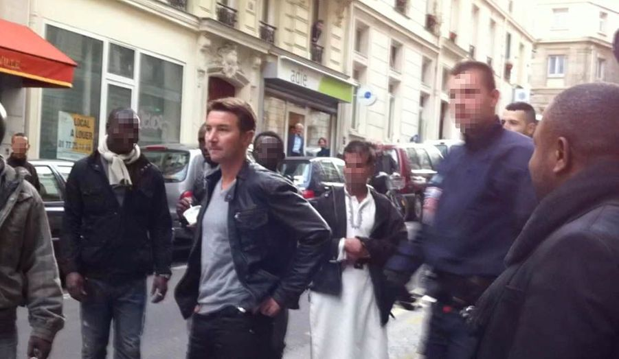 La mâchoire serrée, Olivier Besancenot observe, impuissant, la police poursuivre l'arrestation du vendeur.